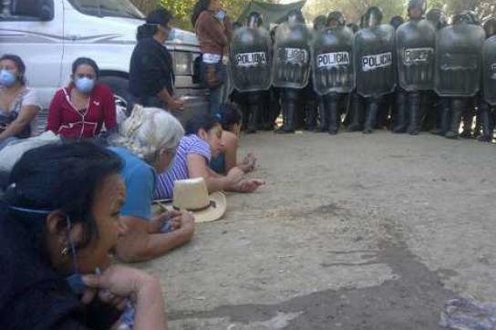 Dorfbewohner versuchen sich der Räumung zu widersetzen