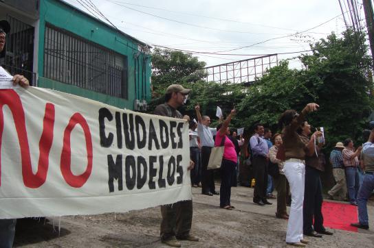 Proteste gegen die geplanten Modellstädte