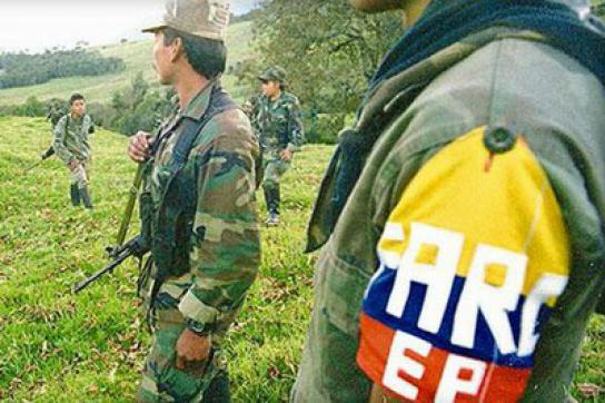 Angehörige der FARC-Guerilla bewaffnet und in Kampfmontur