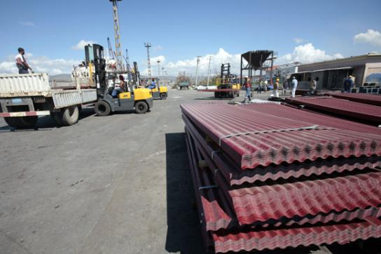 Verladen der Hilfsgüter im Hafen von Santiago de Cuba