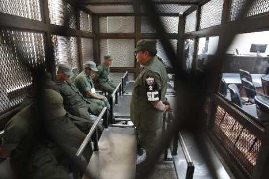 Die Verhafteten werden dem Gericht vorgeführt