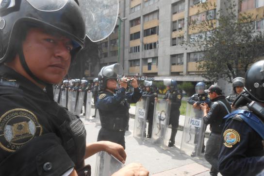 Starke Polizeikräfte versperren den Demonstranten den Weg in Mexiko-Stadt