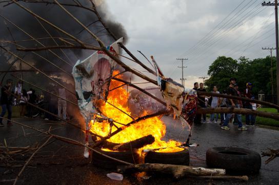 Brennende Straßenblockade