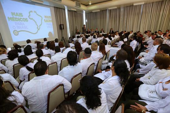 Ärzte des Programms Mais Médicos bei einem Vortrag