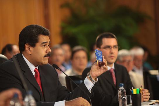 Maduro mit Verfassung