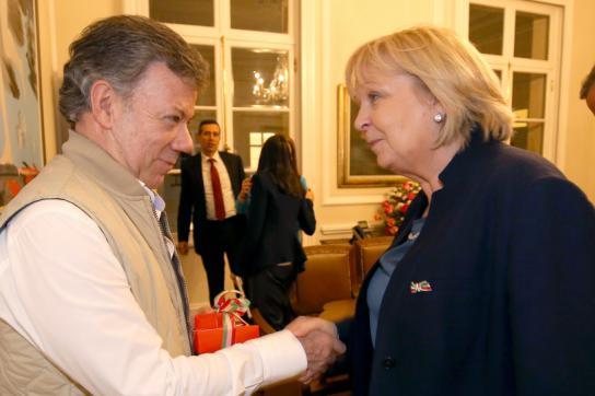 Präsident Santos heißt Ministerpräsidentin Kraft in Kolumbien willkommen.