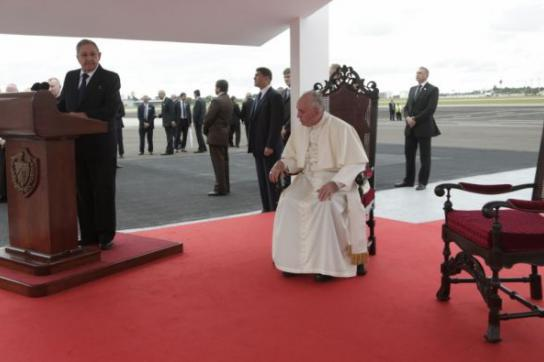 Raúl Castro begrüßt Papst Franziskus am Flughafen in Havanna