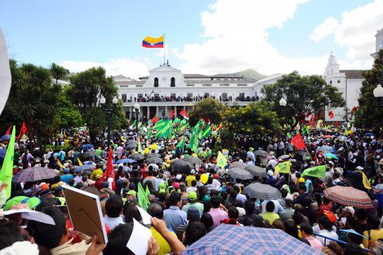 Tausende Regierungsanhänger versammelten sich vor dem Präsidentenpalast