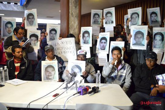Familien der im September verschwundenen Studenten bei einer Pressekonferenz