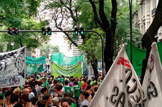 Demonstrationszug Richtung Plaza de Mayo in Buenos Aires, Argentinien