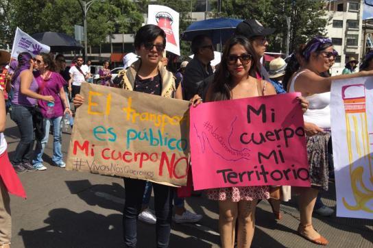 Frauen mit Bannern bei Protestmarsch
