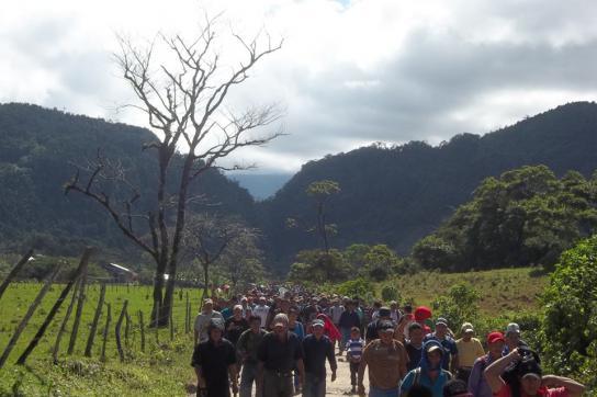 Protestmarsch zum Wasserkraftwerk Pojom 1 in Ixquisis, Guatemala