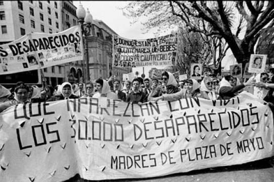 Die Abuelas de la Plaza de Mayo bei einem Protestzug im Jahr 1982