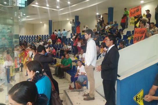 Aktivistinnen und Aktivisten verfolgen Abstimmung im Parlament von El Salvador