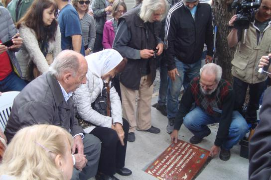 Die Bodenplatte zu Ehren Che Guevaras wird gelegt. Sitzend: Carlos Ferrer