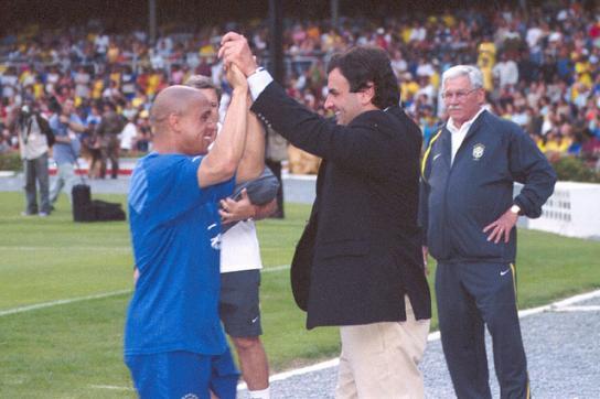 Roberto Carlos (li.) mit dem Politiker Aécio Neves (re.)