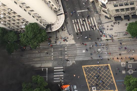 Proteste und brennender Bus in Zentrum von Rio de Janeiro, Brasilien