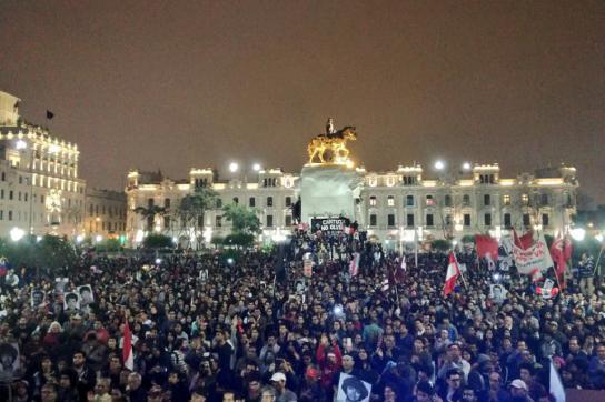 Hunderte Menschen protestieren gegen eine mögliche Begnadigung Fujimoris in Peru
