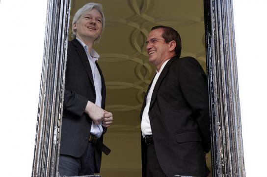 Julian Assange, hier mit dem ehemaligen Außenminister von Ecuador, Ricardo Patiñ