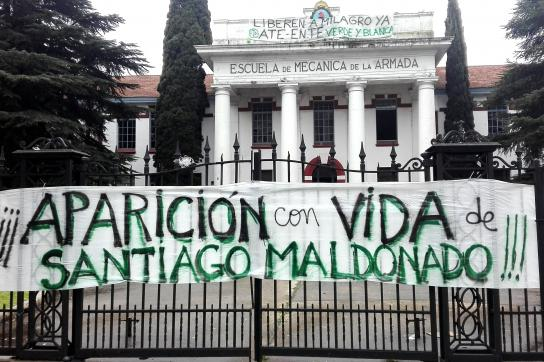 Lebend soll er wieder auftauchen. Protestbanner zum Verschwinden von Maldonado