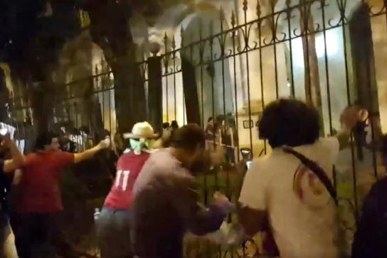 Demonstranten reißen den Zaun um das Parlamentsgebäude in Paraguays Hauptstadt e