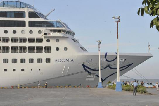 Ein Kreuzfahrtschiff im Hafen von Cienfuegos, Kuba