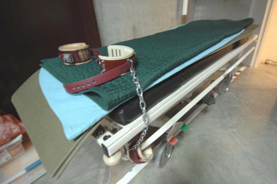 Liege zur Zwangsernährung im Gefangenenlager der Guantanamo Base auf Kuba