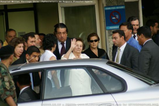 Lucía Hiriart beim Verlassen des Militärhospitals in Santiago de Chile nach dem