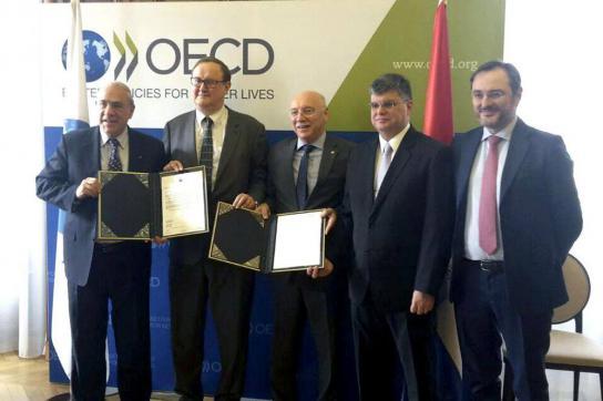 Vertreter von Paraguay mit der Beitrittsurkunde bei der OECD
