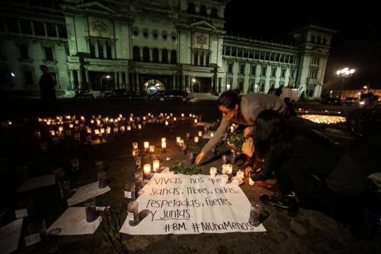 Totenwache für die verbrannten Mädchen auf dem Hauptplatz in Guatemala-Stadt