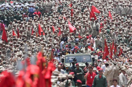 Präsident Maduro inmitten von Milizionären in Venezuela