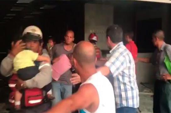 Evakuierung von Kindern aus einem brennenden Ministerium in Caracas, Venezuela