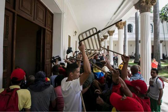 Szene am Mittwoch auf dem Gelände des Parlaments in Caracas, Venezuela