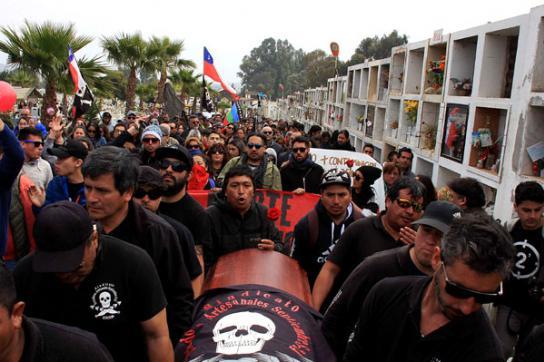 Menschen in schwarzer Kleidung bei Beerdigung von Alejandro Castro
