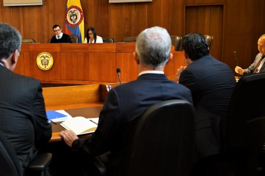 Expräsident Álvaro Uribe im Gerichtssal des Obersten Gerichtshofs bei der Anhörung