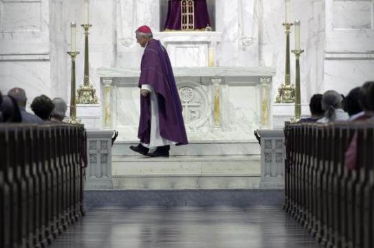 Priester am Altar