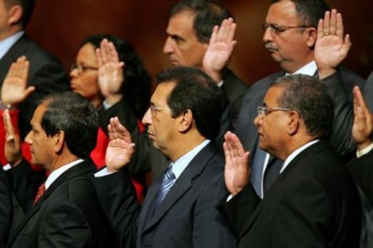Präsident Chávez setzt Bruder ab